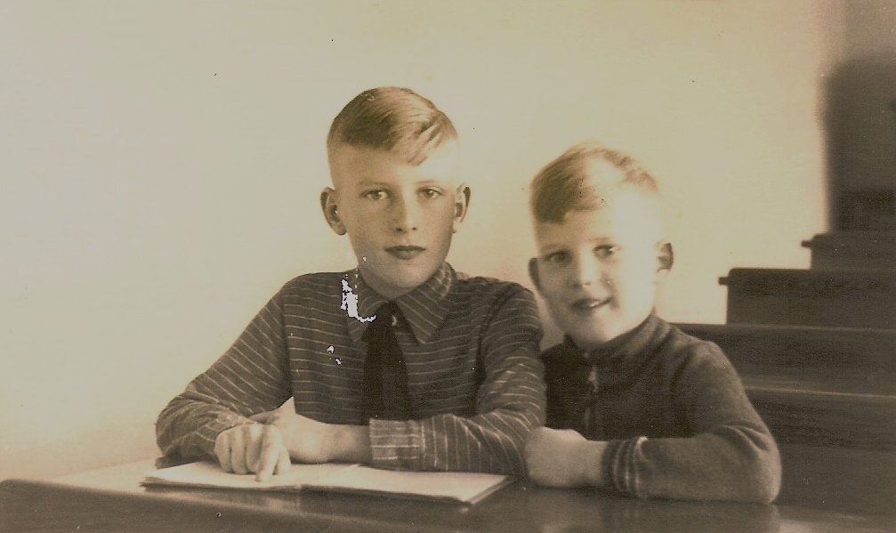 My brother Frits and myself in primary school in Tivoli, Eindhoven, 1942 Mijn broer Frits en ikzelf in de lagere schoolbanken in Tivoli, Eindhoven, 1942